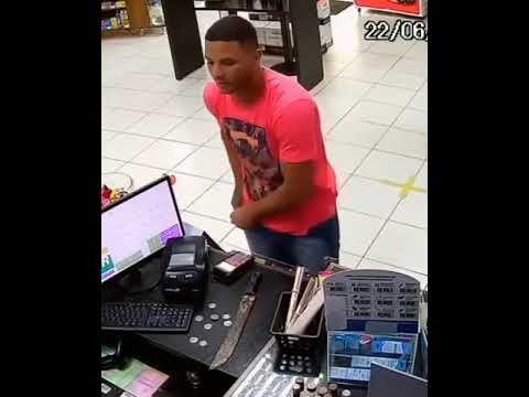Com um facão, ladrão pega o dinheiro e deixa a arma no balcão da conveniência