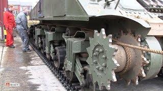 Đây là cách người ta thay lốp cho xe tăng - Dễ như thay lốp xe đạp ấy
