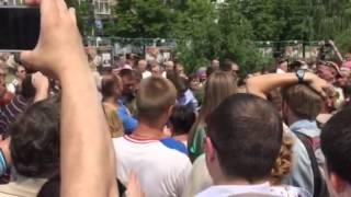 Захарченко успокаивает митингующих за прекращение войны. Видео Павла Каныгина