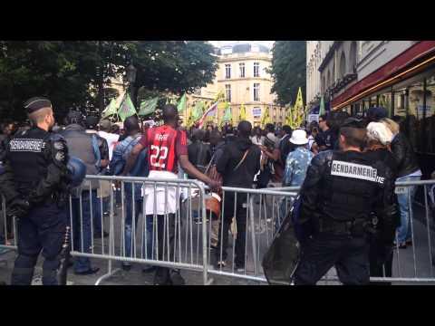 """Manifestation : les sans-papiers crient """"On est chez nous"""" devant l'Assemblée Nationale"""