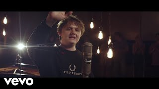 Lewis Capaldi   Hold Me While You Wait (1 Mic 1 Take  Live From Capitol Studios)