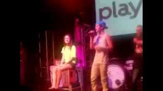 Austin Mahone  Sube chica al escenario y  le  canta One Less Lonely Girl