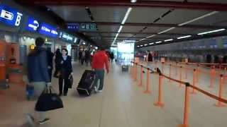 preview picture of video 'Inside Luton Airport - Walking Around Luton Airport Deapartures'