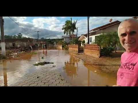 Moradora perde tudo após água tomar casa