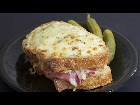 Croque Monsieur: Ζεστό σάντουιτς με ζαμπόν και τυρί