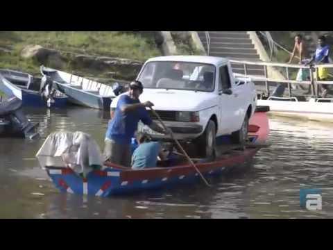 Carro é transportado em canoa de madeira em Manaus.wmv