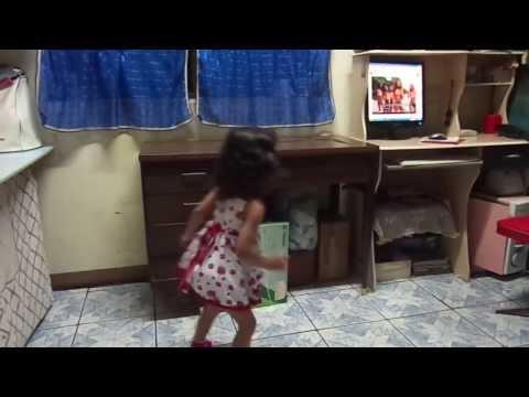 Menina de dois anos Dançando Quadradinho de 8.