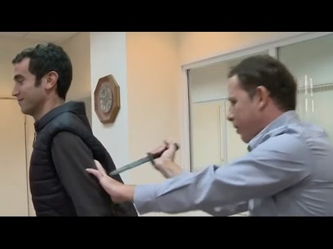 親試防刀背心 記者慘遭插傷