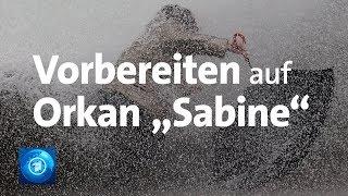 """Aktuelle Meldungen und Unwetterwarnungen zum Sturmtief: https://www.tagesschau.de/ Deutschland rüstet sich für das Orkantief """"Sabine"""". Erste Ausläufer werden die Menschen an der Nordsee nach Angaben des Deutschen Wetterdienstes (DWD) voraussichtlich am Sonntagvormittag (09.02.2020) zu spüren bekommen. Im Laufe des Tages breitet sich """"Sabine"""" dann wohl mit schwerem Sturm und einzelnen Orkanböen auf den gesamten Norden und die Mitte Deutschlands aus, wie der DWD mitteilte.  In der Mitte Deutschlands werde der Höhepunkt des Sturms in der Nacht zum Montag erreicht, im Süden am Montag (10.02.2020) in den frühen Morgenstunden, sagte Sebastian Altnau von der DWD-Vorhersagezentrale. """"Dort trifft es den Berufsverkehr."""" Begleitet wird der Orkan vielerorts von heftigen Schauern und Gewitter.  Die Deutsche Bahn bereitet sich derweil auf mögliche Probleme am Sonntag vor. """"Reisende, die ihre Fahrt wegen des zu erwartenden Sturms auf einen anderen Tag verschieben möchten, können dies unkompliziert tun"""", sagte ein Bahnsprecher. Wer nicht reisen möchte, kann die Fahrkarte kostenfrei stornieren. Außerdem würden alle Tickets an den kritischen Tagen vom 9. bis einschließlich 11. Februar ihr Gültigkeit behalten.  """"Wir haben alle Bereitschaften mobilisiert und in jeder Region doppelt verstärkt"""", sagte eine Bahn-Sprecherin am Samstag. Das Bahnpersonal sei auf Schadensfälle wie zerstörte Oberleitungen oder umgekippte Bäume vorbereitet.  Mobile Einsatztrupps mit Kettensägen sollten eingesetzt werden, um versperrte Gleise frei zu bekommen. """"Allerdings können wir heute nicht in die Glaskugel schauen, wie sich das Wetter entwickelt. Wir beobachten es genau."""" Auch das Personal auf den Bahnhöfen und in den Lagezentren werde verstärkt.  Der Frankfurter Flughafen hofft auf möglichst wenig Probleme im Flugverkehr, da """"Sabine"""" mit voller Wucht erst der Nacht zum Montag die Mitte Deutschlands treffen soll. In dieser Zeit herrscht an dem Luftverkehrsdrehkreuz Nachflugverbot. """"Wir beobachten die Lage j"""