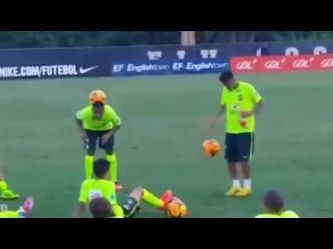 Neymar le enseña a Robinho cómo hacer magia con el balón