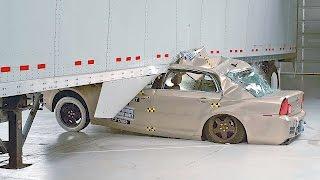 Смотреть онлайн Что будет, если автомобиль залетит под прицеп фуры