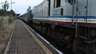 preview picture of video 'Malaysian Railways Train at Segamat Station'