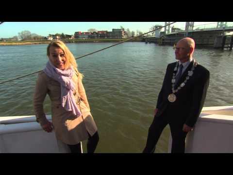 Nữ phóng viên nhọ bị ngã xuống hồ khi đang phỏng vấn
