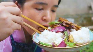 苗大姐做五花肉,配洋葱辣椒一炒,大口米饭大片肉