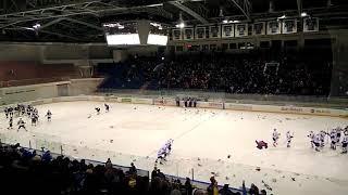 Хоккейные болельщики Пензы забросали игрушками весь лед