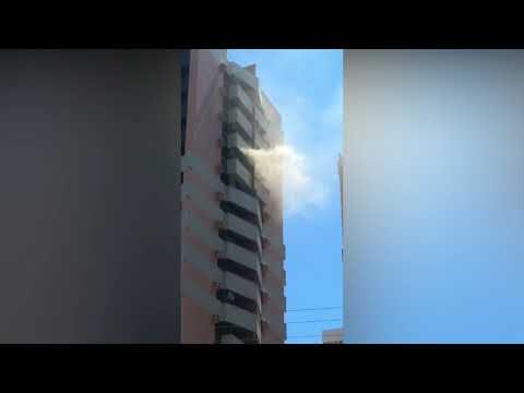 Fumaça saindo pela janela de apartamento no 14º andar de uma das torres do edifício Pantheon, na Redentora
