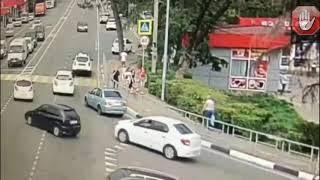 Таксист в Дагомысе влетел в пешеходную зону.