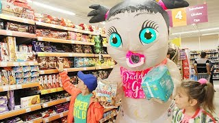 ALİ BEBEKLE MARKETE GİTTİ Kids pretend doing shopping in real life with Giant Doll in supermarket - Video Youtube