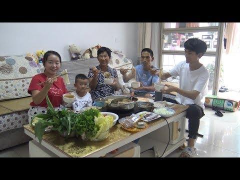 过中秋节吃啥饭?小夫妻做火锅吃,涮18份菜,公爹担心太多吃不完