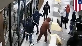 Смотреть онлайн Грабители с помощью автомобиля сорвали ворота магазина