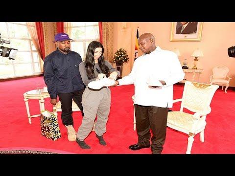 العرب اليوم - شاهد: كيم كارداشيان وزوجها يهديان رئيس أوغندا زوجًا من الأحذية الرياضية