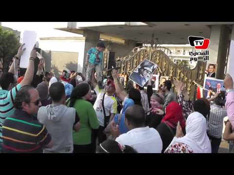 أنصار مبارك يوزعون الحلوى أمام «المعادي العسكري» إحتفالا بعيد ميلاده