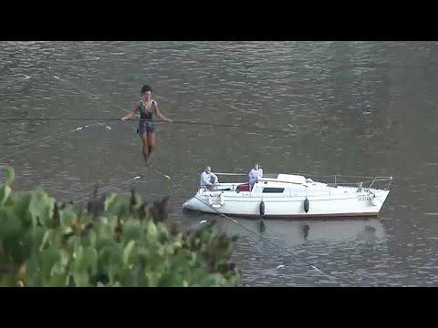 العرب اليوم - شاهد: فرنسية تعبُر نهرًا في براغ على حبل بلعو 35 مترًا