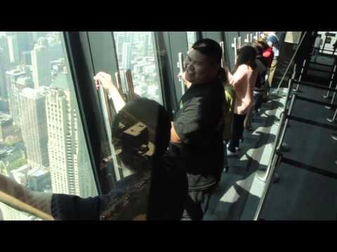 Само за најголемите авантуристи – висете над Чикаго на платформа висока 300 метри