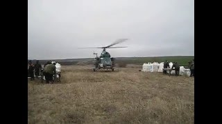 Вертолёт Ми-2.Бросает удобрения
