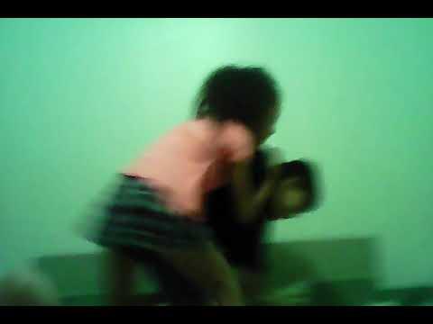 Minha prima e meu irmão brincando de luta.
