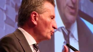 Die CeBIT 2016 in Hannover ist eröffnet. Bundeswirtschaftsminister Sigmar Gabriel und Günther Oettinger, EU-Kommissar für Digitale Wirtschaft, schauten sich die Messe an, um deutliche Signale an die Branche zu senden. (Quelle m4-tv.com)