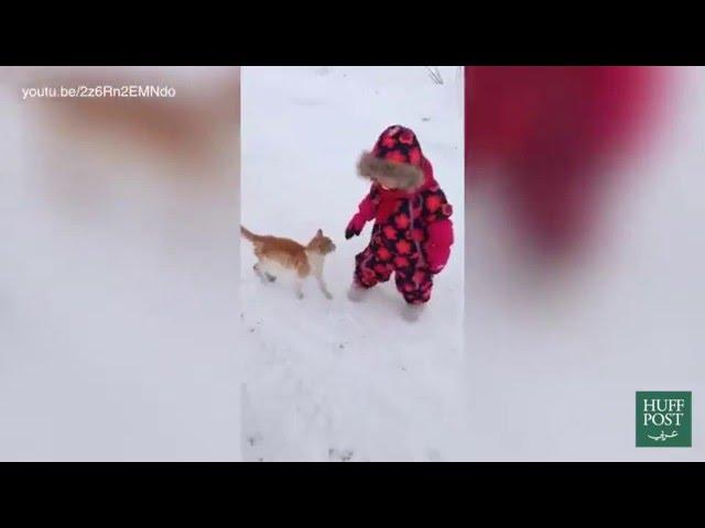 ردة فعل طريفة لقطة تجاهلتها طفلة صغيرة