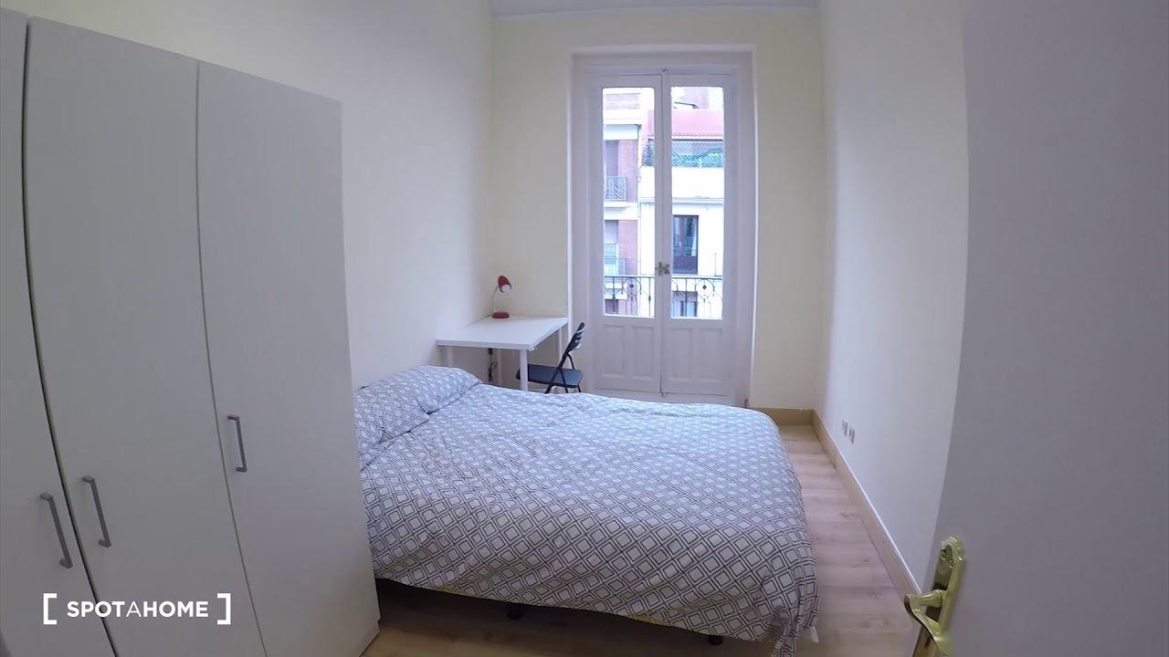 Spacious rooms for rent in 24-bedroom flatshare near Metro in Argüelles