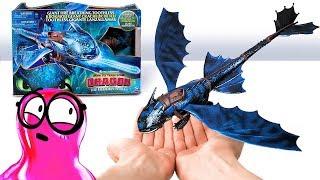 Cómo entrenar a tu dragón: The Hidden World es una película increíble! Es por eso que Sam  y su amiga Su quieren desempacar todos estos juguetes de dragón.   Tienen Dragones Misteriosos, juguetes dentro de bolsas ciegas. Tienen la colección de Mundo Oculto. Tienen dragones bioluminiscentes que cambian de color. Y para el gran final tienen un gran Chimuelo que respira fuego!  1:24 Mira a este dragón y su hermosa cueva con un poco de luz en el techo. Cuando colocas a tu dragón en la cueva, empieza a brillar y a mostrar patrones asombrosos en su piel.    4:14 Los dragones que cambian de color en el agua. Son tan lindos y divertidos!  6:48 ¡Y con los Dragones Misteriosos, no sabrás a quién tienes hasta que abras la bolsa ciega!     15:48 En cuanto a Chimuelo que respira fuego, ¡es simplemente impresionante!  Sam y Sue están encantados con esta colección. ¿Lo estás tú?    Suscríbete a nuestro canal para estar al tanto de las nuevas aventuras de Sam y Susan. https://goo.gl/cKoiqC  All music is licensed under MUSIC STANDARD LICENSE:  OPENING THEME Title: Cuckoo Source: https://audiojungle.net/item/cuckoo/20801073