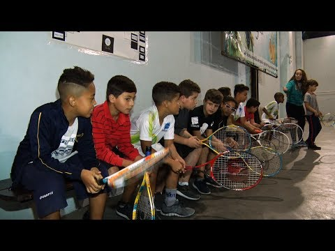 """Projeto social """"Tênis Legal"""" leva esporte para crianças e adolescentes"""