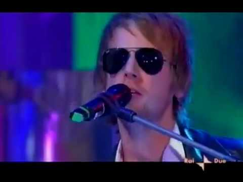 Muse refuse to play properly to backing track on Italian tv, so they switched up instruments to have some fun. Matt Bellamy's facial expressions are gold!
