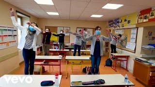 """Découvrez le clip officiel de """"Corona Minus, la chanson des gestes barrières pour l'école"""" entièrement composé de vidéos tournées par les fans d'Aldebert ! Merci à toutes les famille pour leur participation. Pour écouter """"Corona Minus"""" c'est par ici : https://GAldebert.lnk.to/CoronaMinusID  Clip réalisé par Geoffroy Guerrache, dans le cadre du dispositif """"Nation Apprenante"""" et à l'initiative de France Télévisions. L'ensemble des droits d'auteur et des bénéfices de Corona Minus sera reversé à l'association Emmaüs Connect.  """"Avis à tous les terriens : le corona-minus un tout petit mais très dangereux virus extraterrestre, en provenance de Venus s'est posé sur la Terre ! Et c'est à nous, petits et grands super-héros du quotidien, de nous défendre pour l'éliminer. Votre mission, si vous l'acceptez, est la suivante :   Lavez-vous les deux mains une demi-minute  En récré prenez soin d'éviter les disputes  Respectez la distance avec tous les copains  D'un mètre dit la science et puis tout ira bien !  Que vous soyez à Berlin, Strasbourg ou Hollywood  Prenez garde à toujours tousser dans votre coude  Evitez les balades dans les endroits bondés  Ne tombez pas malade, en voilà une idée !    Nom d'un petit pangolin  Je sais pas ce qui me retient  D' renvoyer sur Vénus  Ce satané virus !  Et nom d'une chauve-souris  Mais quand va-t-il filer d'ici ?  Déserter notre globe  Satané microbe !    La condition requise pour aller mieux demain :  Ne faites plus de bises, ne serrez pas de mains  Etpour être peinards, soyez mobilisés  Jetez votre mouchoir une fois utilisé  A l'école ou à la maison, restez zen et candides  Telle est votre mission et ce foutu Covid  Nous lâchera les baskets et nous crierons victoire  Partout sur la planète on fêtera son départ """"  ---------------------------------------- Abonnez-vous à la CHAINE OFFICIELLE d'ALDEBERT pour découvrir toutes ses nouvelles vidéos : http://www.youtube.com/subscription_center?add_user=AldebertMusic ---------------------------------"""