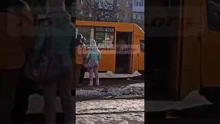 Драка в маршрутке в Николаеве: пьяного пассажира вытолкали из салона. ВИДЕО