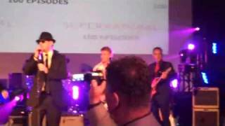 Jensen sings with The Impalas at 100th episode party