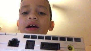 этот мальчик говорит, что он купил PlayStation 5 (PS5)..