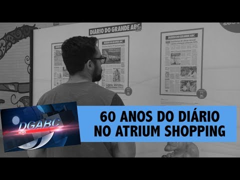 Equipe confere exposição de 60 anos do Diário no Atrium Shopping