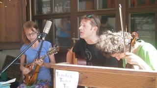 Video The Travelling Twisted Trio - Ooh La La
