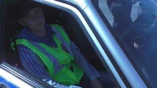 Полицейский в Адидасе стрижет на трассе