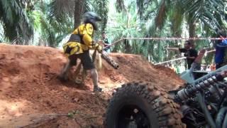 Смотреть онлайн Гонки на багги в джунглях Таиланда