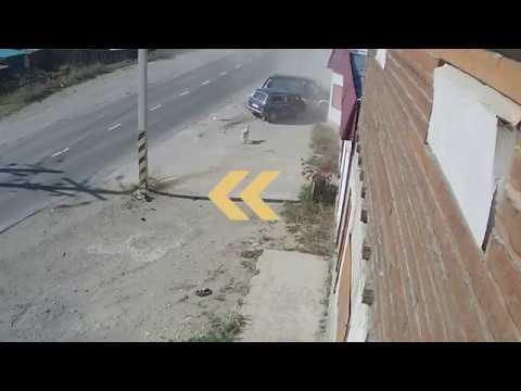 Нива врезалась в припаркованный минивен