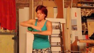 Смотреть онлайн Урок основным движениям в контактном жонглировании