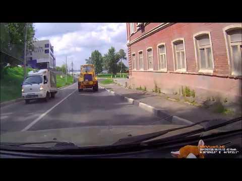 Трактор с ковшом врезался в Ниссан Тиана
