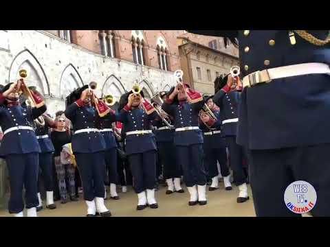 La fanfara dei bersaglieri saluta Siena