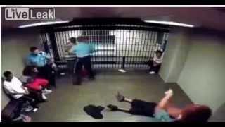 Fight Video. Жесть!!Драка в камере полиции Нью Йорк!!!