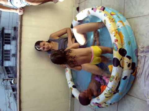 Júlia dançando na piscina